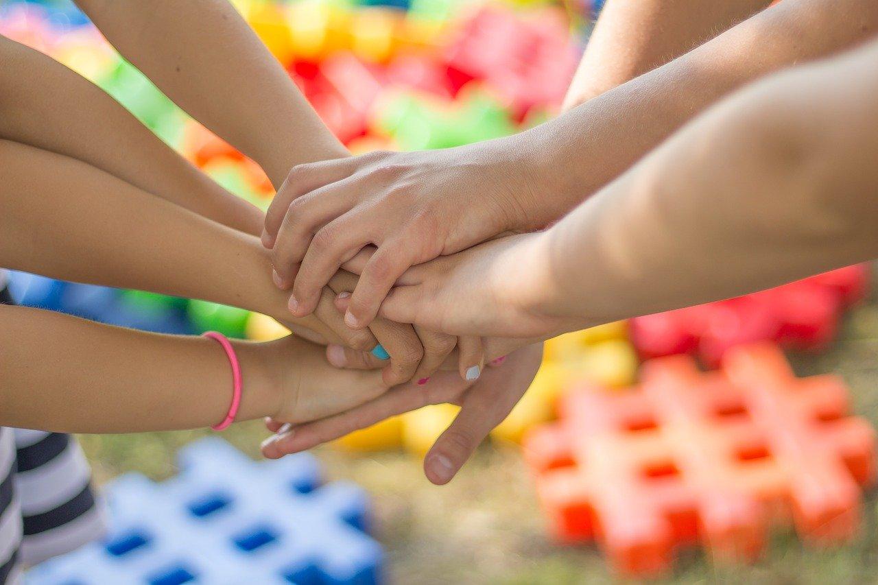 Złączone ręce dzieci